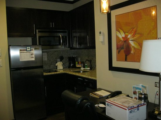 StayBridge Suites DFW Airport North : Kitchen in Room