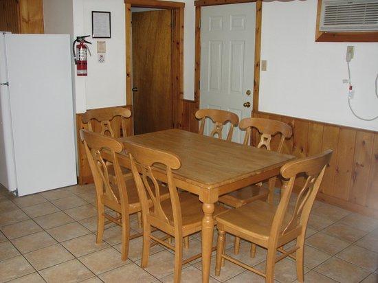 McCreary's Beach Resort: dining area