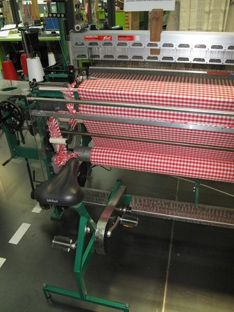 Tilburg, Nederland: Bicycle powered loom in TextielLab