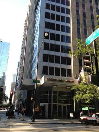 Courtyard Chicago Downtown/Magnificent Mile : the hotel from the street