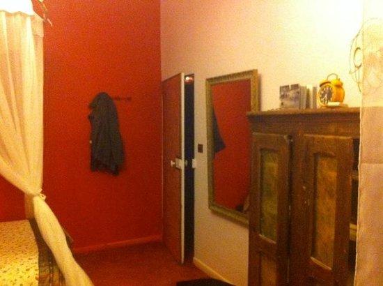 L'Aubergine Rouge: Looking towards the door