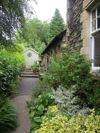 Ivythwaite Lodge hotel: Ivythwaite garden path