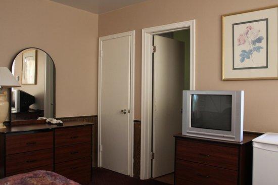 Travellers Motel: Room 8