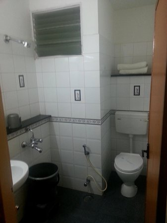 Hilltop Towers: Small, Hygenic Bathroom