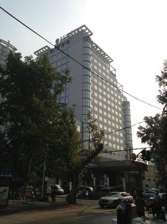 Ramada Plaza Zhengzhou: Outside the hotel