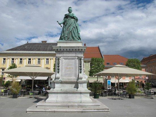 Lindwurmbrunnen : Maria Theresa Statue, Neuer Platz, Klagenfurt.
