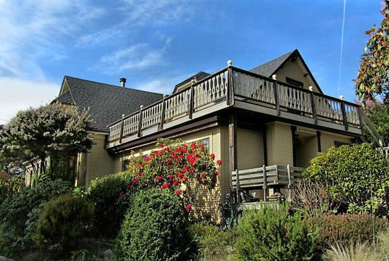 Blanchard House Inn featuring guest balcony overlooking ocean view
