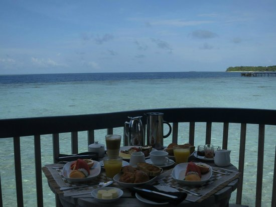 Cocoa Island by COMO: breakfast on the back patio