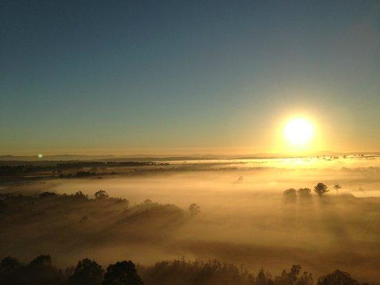 Balloon Aloft Hunter Valley Day Tours : sun greetng the mist
