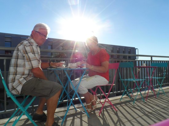 Zenitude Hôtel-Résidences Les Hauts du Chazal: Petit déjeuner éjeuner sur la terrasse