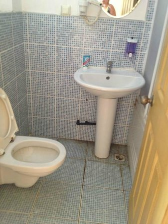 Sunshine Hotel: Moldy Bathroom tile