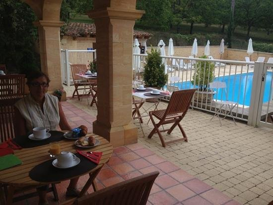 Hotel Bon Encontre : Petit dejeuner au bord de la piscine