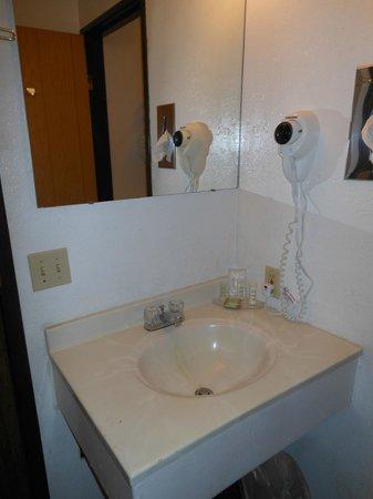 Super 8 Lake Havasu City : Washbasin, hairdryer