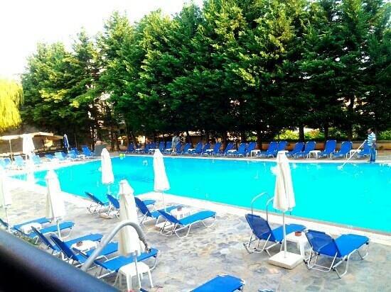 Hotel Hellinis Kanoni: бассейн, вид с террасы столовой