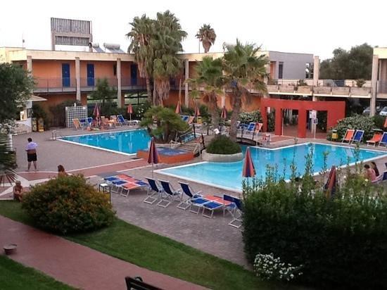 Sairon Village : piscina grande e bar
