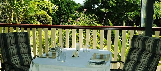 Peppertree Cottage : Table on the verandah