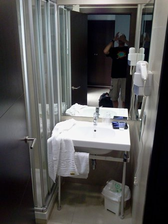 URH Hotel Excelsior: tiniest ever bathroom