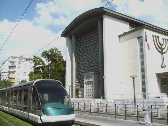 Synagogue de la Paix : Accessible by Tram