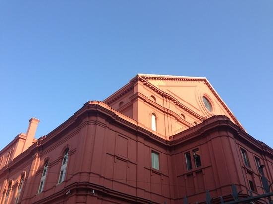 Hotel Oriente: Teatro Petruzzelli, al lado del Oriente Hotel