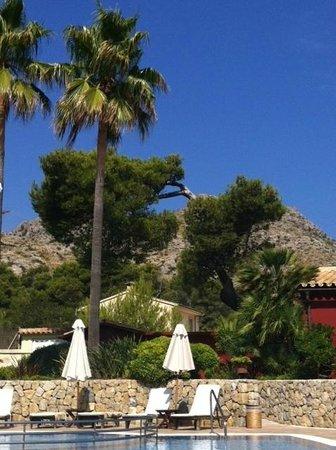 Hotel Cala Sant Vicenc: Vue sur la piscine et la montagne