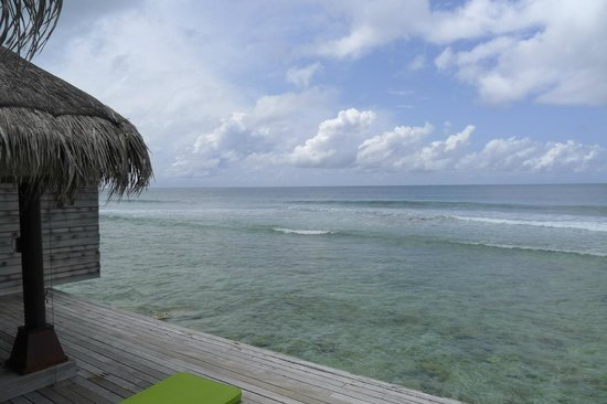 Naladhu Resort Maldives: View from deck...we are right on the ocean