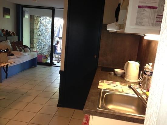 Belambra Clubs - Lou Castel : vue depuis le coin cuisine vers le salon et terrasse