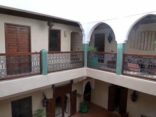 Riad Imilchil: Primer piso, donde se encuentran buena parte de las habitaciones y patio interior
