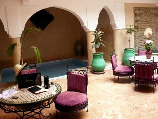 Riad Imilchil: Patio del riad y a la izquierda la pequeña piscina