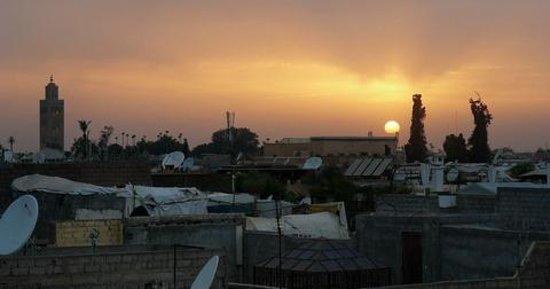 Riad Imilchil: Atardecer en Marrakech, vista desde la terraza del Riad