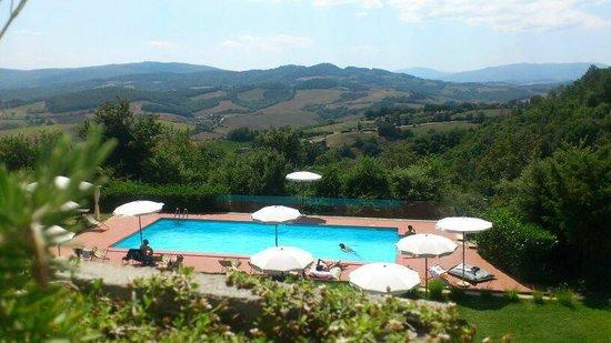 Hotel Terre di Casole: Piscina panoramica e vista dal nostro terrazzo