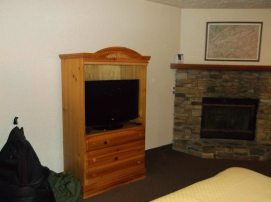 Quality Inn & Suites at Dollywood Lane: Armoir and Fireplace