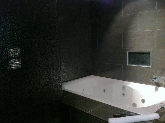 Signature Living Hotel: Bathroom in black