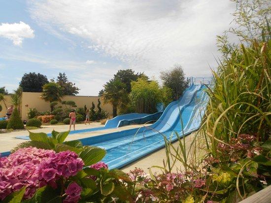 Yelloh! Village L'Océan Breton : Toboggan à côté de la piscine