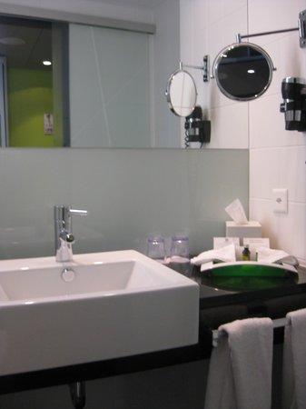 Holiday Inn Zürich Messe: Baño muy limpio y nuevo