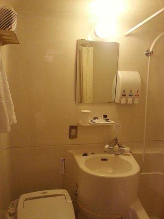 APA Hotel Nagasaki Ekimae: Standard cubicle-size bathroom