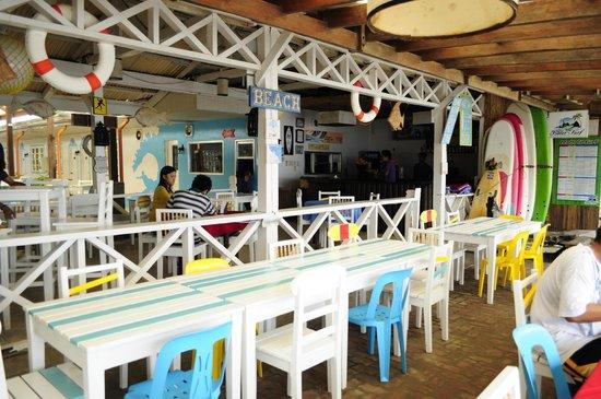 Bay's Inn: Beachfront restaurant.
