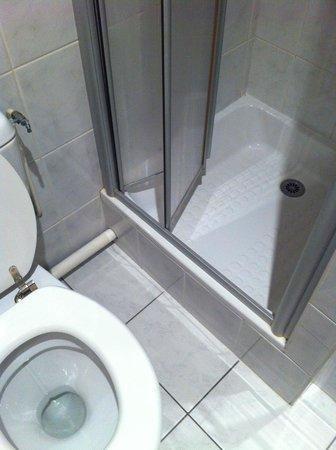 Hôtel de la Plage : salle de bain wc