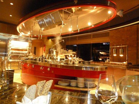 Cuisine ouverte sur la salle de restaurant picture of for Cuisine ouverte restaurant