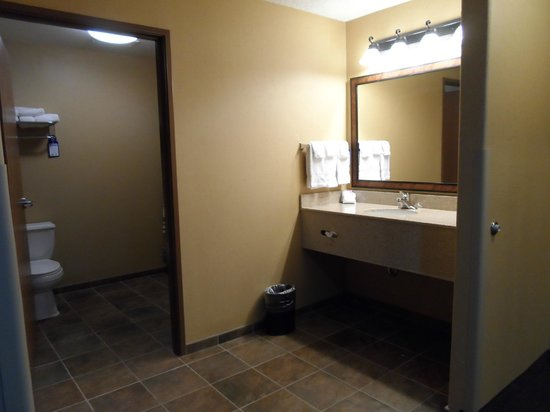 Best Western Plus Kelly Inn & Suites : bathroom of living area