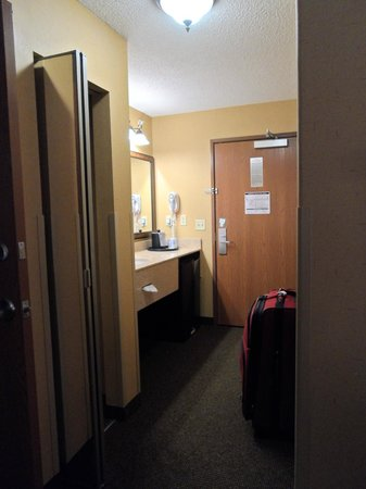 Best Western Plus Kelly Inn & Suites: entrance to the room (bedroom)