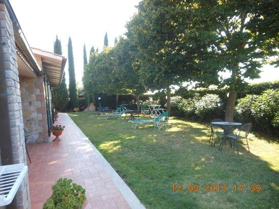 B&B Poggio del Drago Saturnia: giardino fronte camere