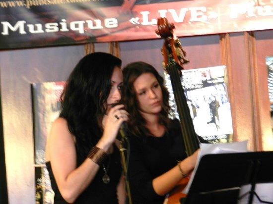 Pub Saint-Alexandre: La chanteuse