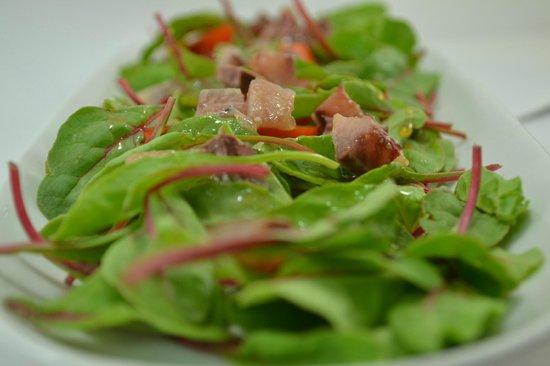 La Taberna del Río : Ensalada de acelga roja, kumato, sardina ahumada y vinagreta de Dijon y arce