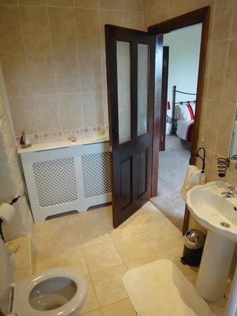 The Cedars B&B: The bathroom was lovely!