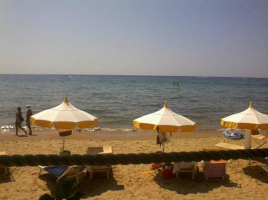 Hotel Club Torre Capovento: la spiaggia vista dal chiosco