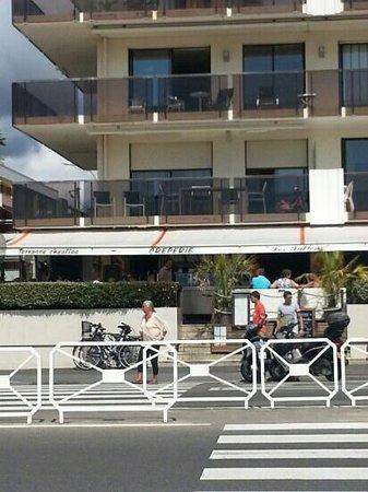 Les Sablons : terrasse face mer ;-)