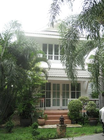 Laksasubha Hua Hin: Bungalow building with an apartment on each floor.