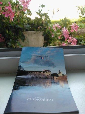 Madame Piemont: La vue arrière de la chambre (avec prospectus de Chenonceau)