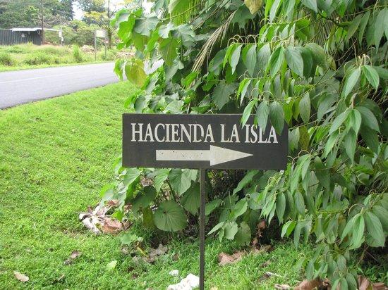Hacienda La Isla Lodge: Entree, goed kijken anders rij je er voorbij.