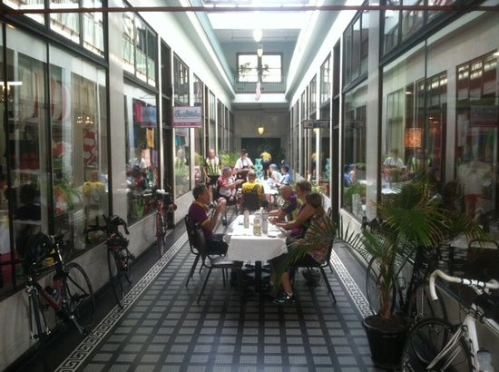 Sidney's Cafe and Bistro : Saturday breakfast with cycling club